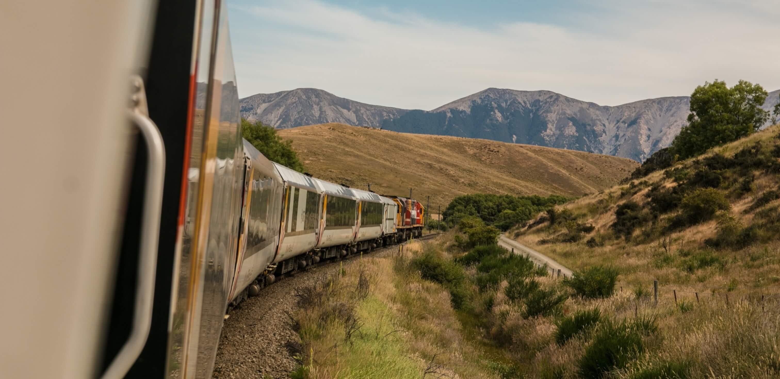 Diferença entre viagem e viajem: fotografia de um trem em uma paisagem.