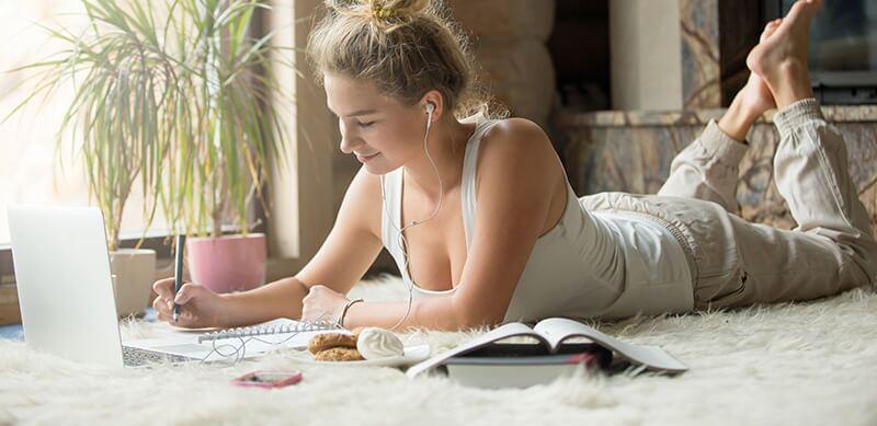 como começar a estudar para o Enem: imagem de uma garota estudando pelo seu notebook