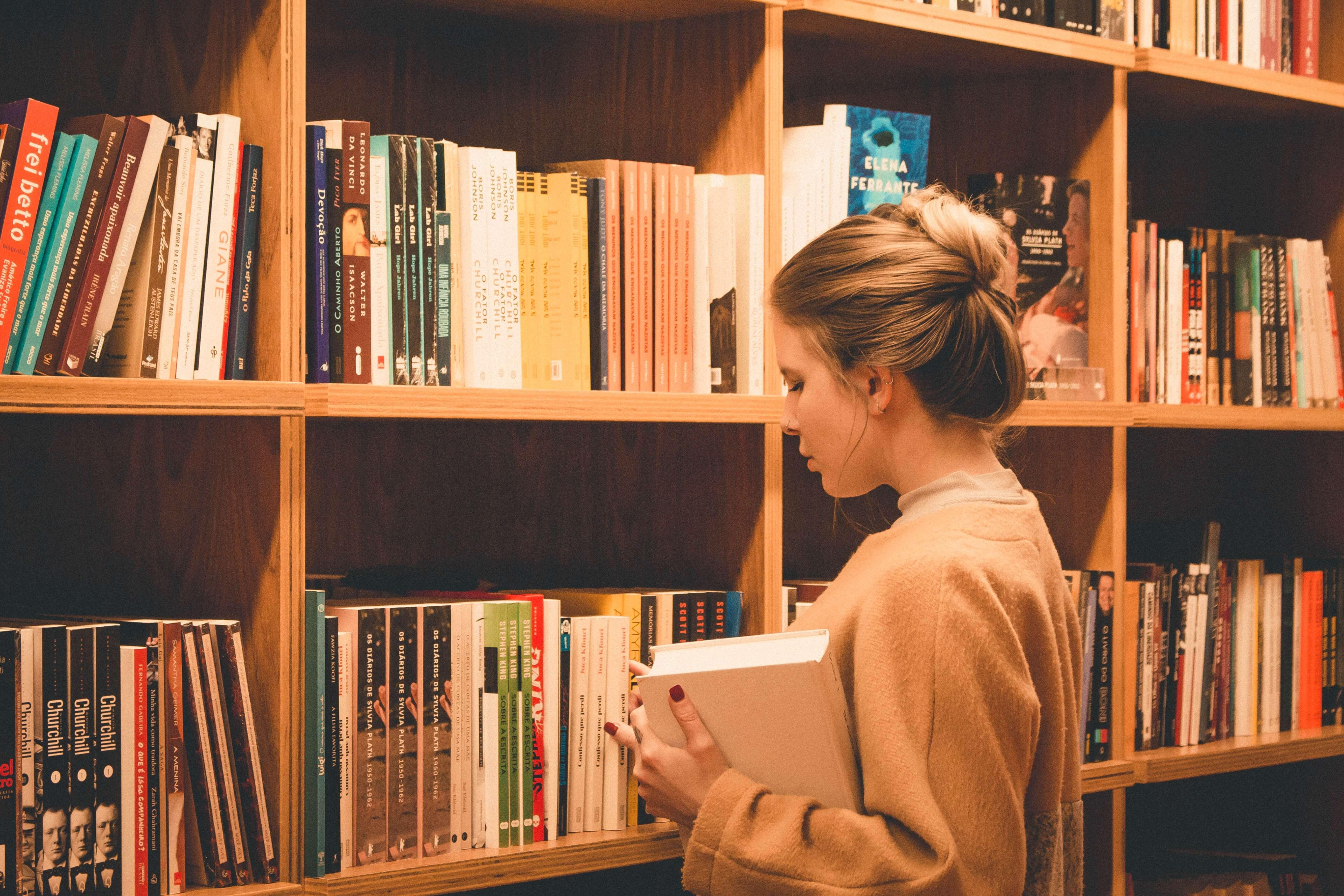 interpretação-de-texto: menina procurando livro