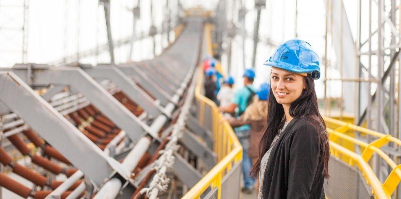 A mulher brasileira no mercado de trabalho: fotografia de uma mulher em seu ambiente de trabalho.