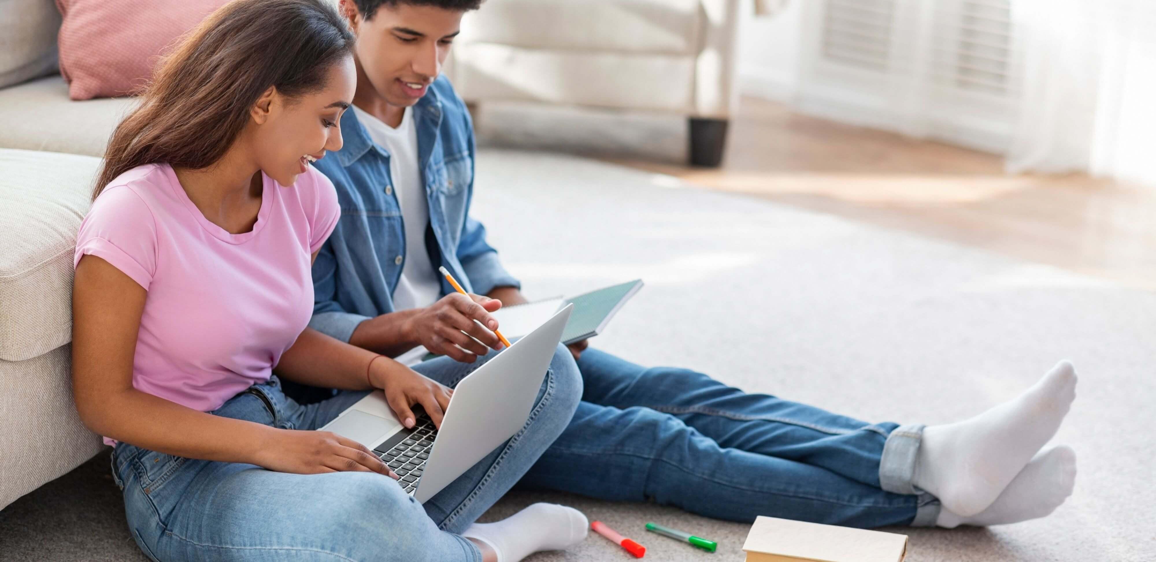 vozes verbais: jovens estudando juntos