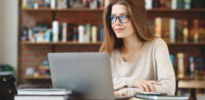 como fazer um simulado online: imagem de uma mulher em frente a um notebook