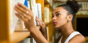 simbolismo: imagem de uma adolescente procurando um livro na biblioteca