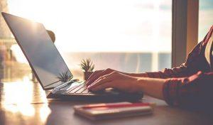 Dicas para revisar textos de forma eficiente: imagem de uma pessoas trabalhando no computador