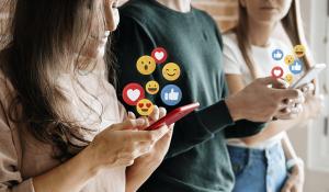 Superexposição nas redes sociais: jovens mexendo nas redes sociais