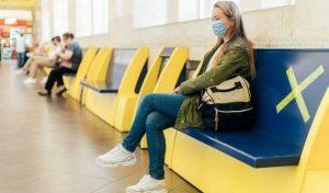Atualidades 2020: jovem com máscara cumprindo o distanciamento social