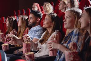 Filmes que ajudam no Enem: imagem de um grupo de amigos no cinema